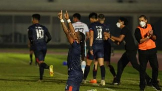 Striker Arema FC Carlos Fortes rayakan gol.