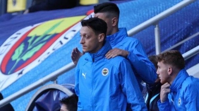 Pemain Fenerbahce, Mesut Oezil, menunjukkan raut wajah kesal.