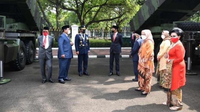 Presiden Jokowi dan Wapres Ma'ruf Amin Tinjau Alutsista di HUT TNI ke-76