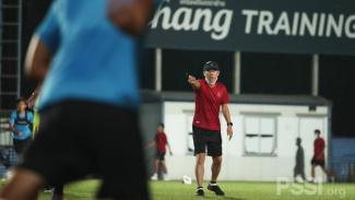 Shin Tae-yong memimpin latihan Timnas Indonesia di Thailand.
