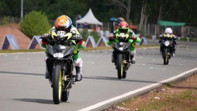 Ilustrasi pembalap menjalani sesi kualifikasi road race kelas standar beregu PON
