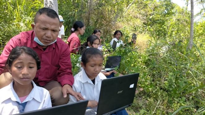 Siswa SMP peserta ANBK naik ke atas bukit cari sinyal internet