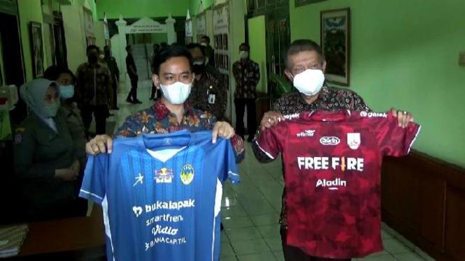 Gibran dan Walikota Yogyakarta Tukar Jersey jelang Derby Mataram