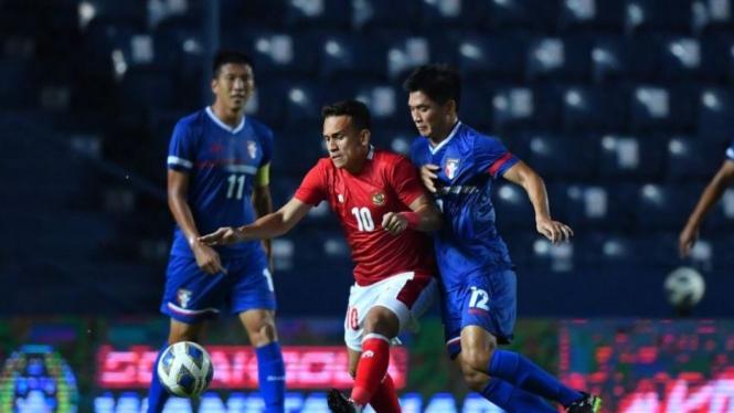 Winger Timnas Indonesia berduel dengan pemain Taiwan