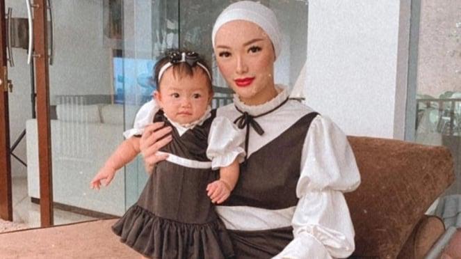 Zaskia Gotik dan putrinya