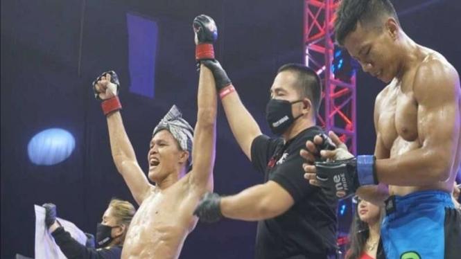 Laode jadi juara interim kelas featherweight usai kalahkan Hafid Nur