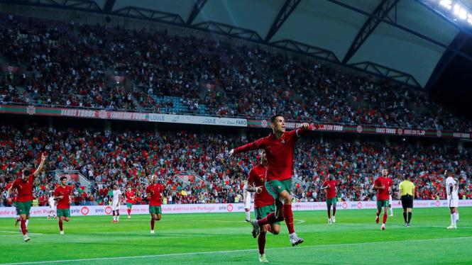 Cristiano Ronaldo merayaka gol bersama pemain Portugal