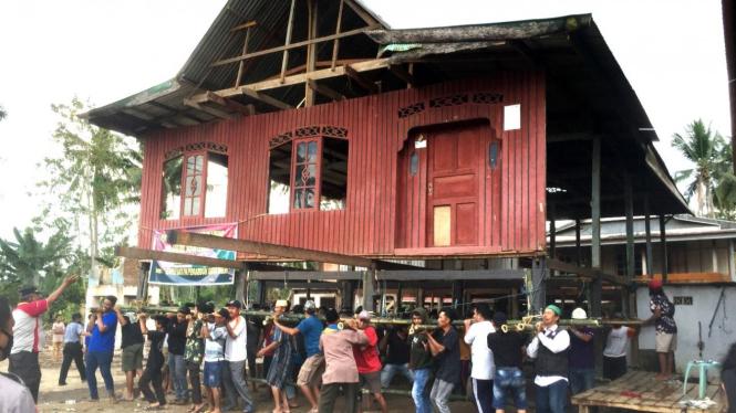 Tradisi angkat rumah panggung di masyarakat Suku Bugis.