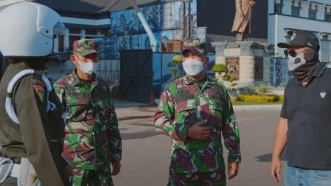 VIVA Militer: Youtuber Om Mobi disetop anggita Polisi Militer TNI Angkatan Darat