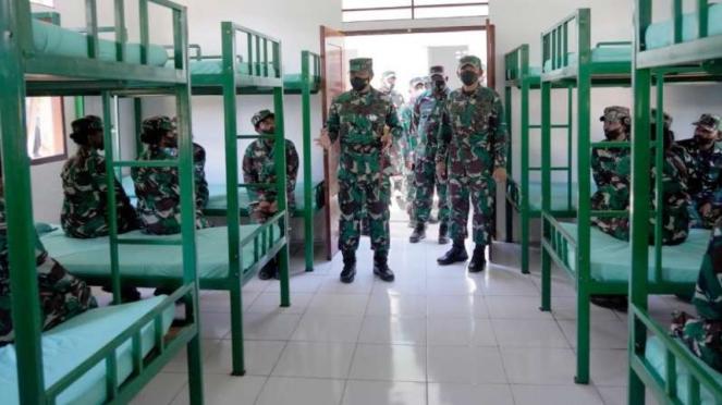 Pangdam XVIII/Kasuari, Mayjen TNI I Nyoman Cantiasa meninjau barak anggota Kowad