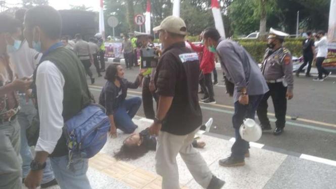 Seorang mahasiswa kejang-kejang dalam aksi unjuk rasa di Tangerang