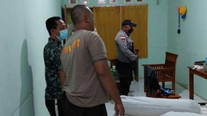 Polisi memeriksa kamar kontingen PON XX asal Nusa Tenggara Barat di Wisma Anggrek, Kabupaten Merauke, Papua, pada Rabu malam, 13 Oktober 2021, tak lama setelah ruangan dibobol oleh maling dan sejumlah barang di dalamnya dijarah.