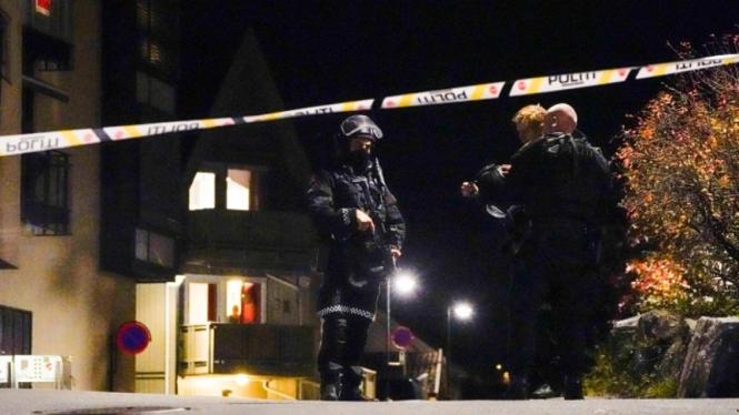Aparat polisi bersiaga di Kongsberg, Norwegia.