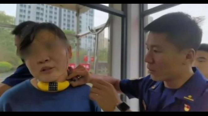 Seorang wanita di China lehernya digembok oleh anaknya
