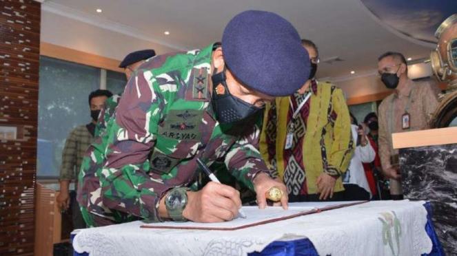 VIVA Militer: Pangkoarmada I Tandatangani Prasasti Galeri Ghora Wira Koarmada I