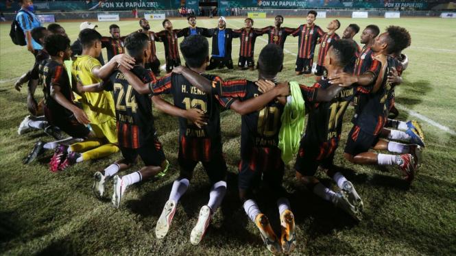 Tim sepakbola putra Papua merayakan keberhasilan raih emas PON XX Papua.