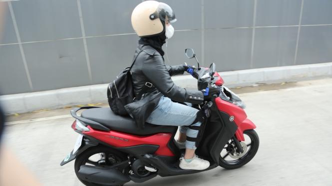 pengendara sepeda motor wanita