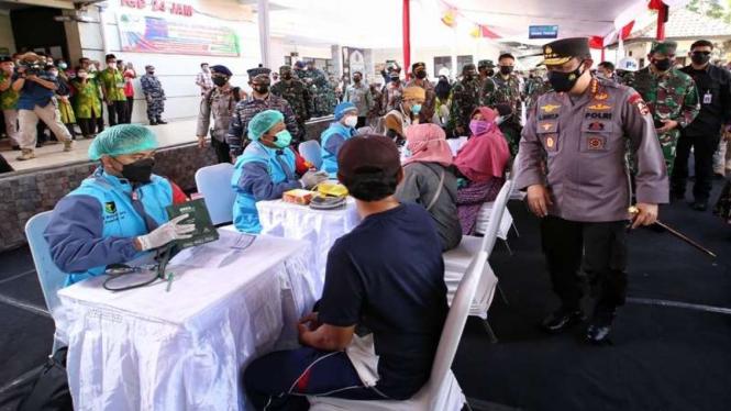 Kapolri Jenderal Listyo Sigit Prabowo meninjau vaksinasi di Banyuwangi