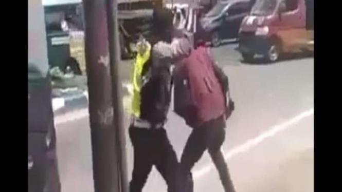 Tangkapan layar video oknum polisi diduga melakukan penganiayaan