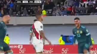 Pemain Peru, Yoshimar Yotun, diejek 2 bek Argentina usai gagal penalti.