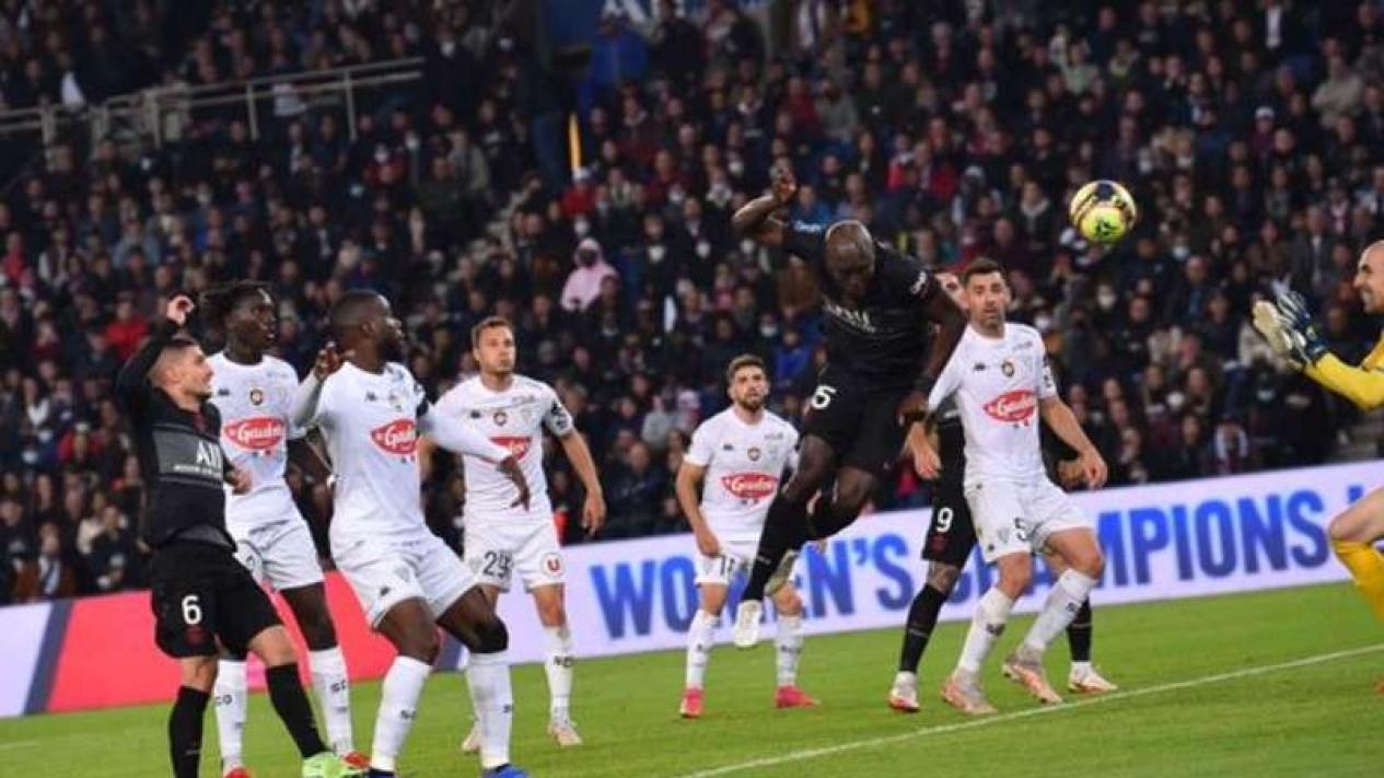 Tandukan pemain PSG, Danilo Pereira jebol gawang Angers.