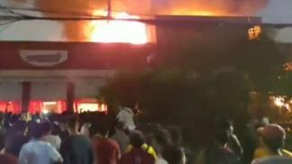 Kebakaran sebuah gudang di Mangga Dua Selatan, Jakarta.