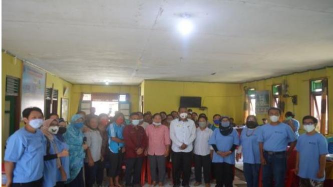 Kegiatan bersama masyarakat di balai desa Maileppet, Pulau Siberut Selatan, Kepulauan Mentawai (Courtesy: Robby Jannatan)