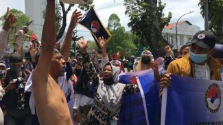 Warga demo di depan kantor Gubernur Sumut Edy Rahmayadi