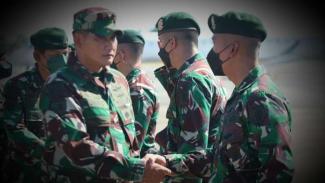 VIVA Militer: Mayjen TNI Kunto Arief lepas Satgas Pamtas Mobile RI-PNG