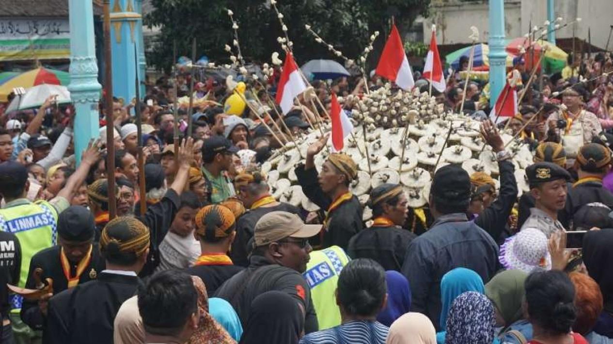 Arsip - Sejumlah warga mengikuti ritual upacara Grebeg Maulud untuk memperingati Maulid Nabi Muhammad di Alun-alun Kota Surakarta (Solo), Jawa Tengah.