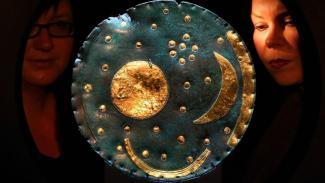 Nebra Sky Disc atau Cakram Langit Nebra berusia 3.600 tahun.