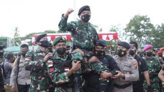 VIVA Militer: Panglima TNI dibopong prajurit TNI dan Polri di Timika Papua