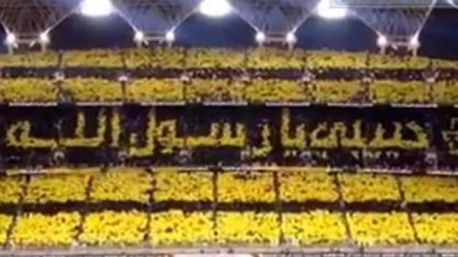 Koreografi fans sepakbola dengan tulisan Rasulullah