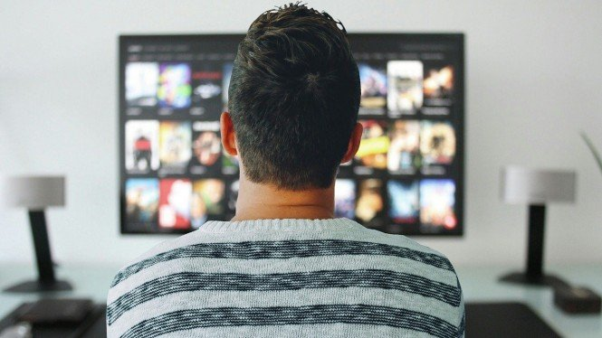 Ilustrasi menonton siaran tv digital.