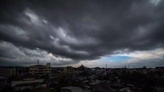 Awan hitam penanda hujan menutupi langit di atas Kota Lhokseumawe, Provinsi Aceh. (ilustrasi)