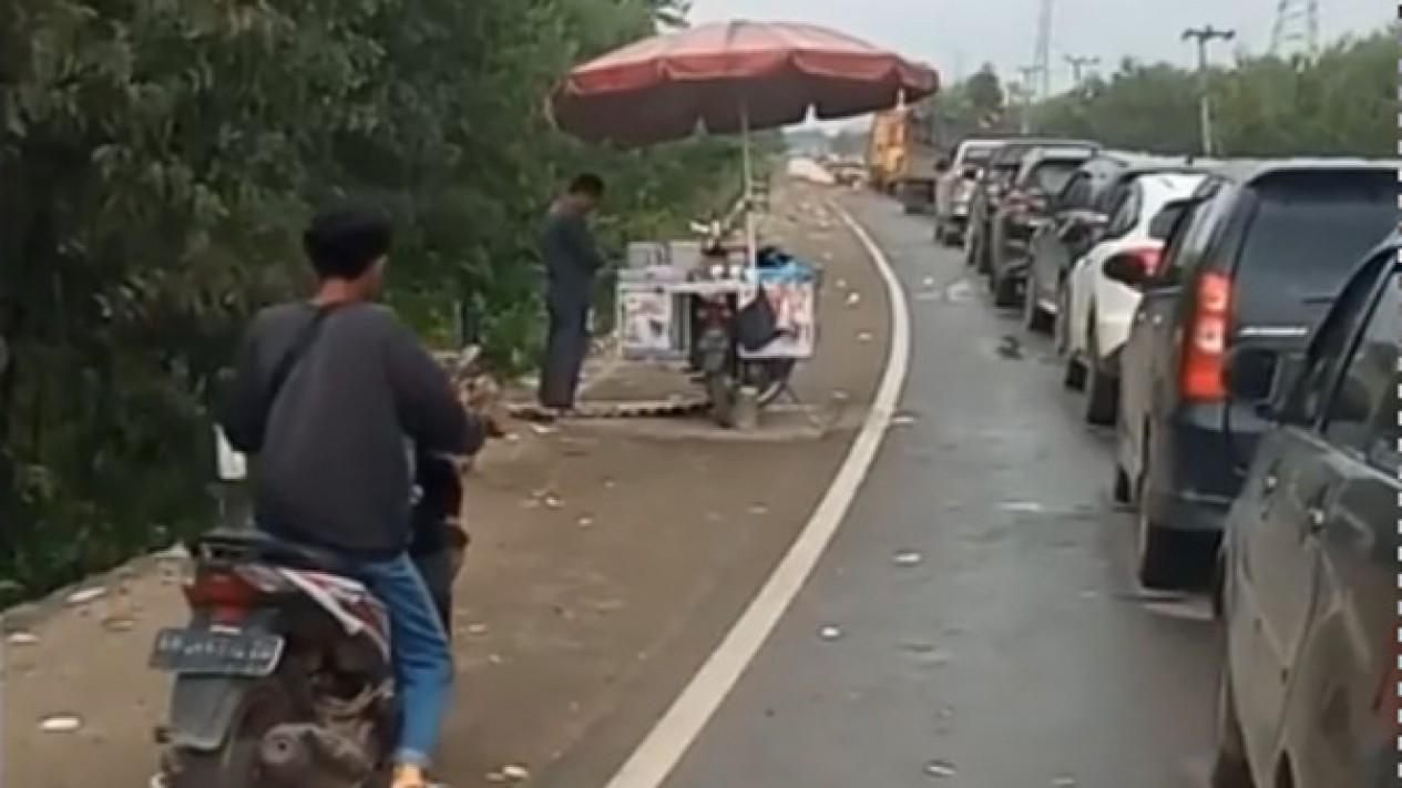 Viral Pedagang Keliling Salat di Pinggir Jalan (Instagram/viralsekali)