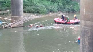 Tim SAR mengevakuasi jenazah wanita lompat dari jembatan di Kota Wisata, Cibubur.