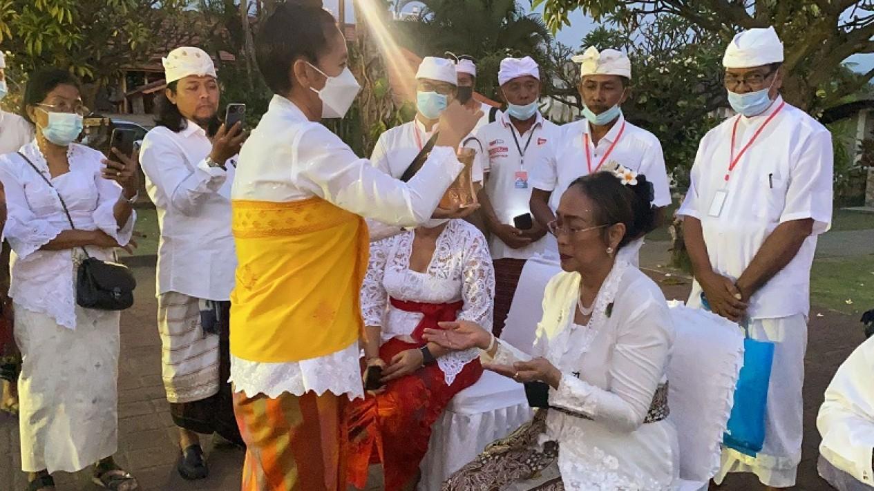 Sukmawati Sukarno membersihkan diri sebelum upacara Sudi Wadani