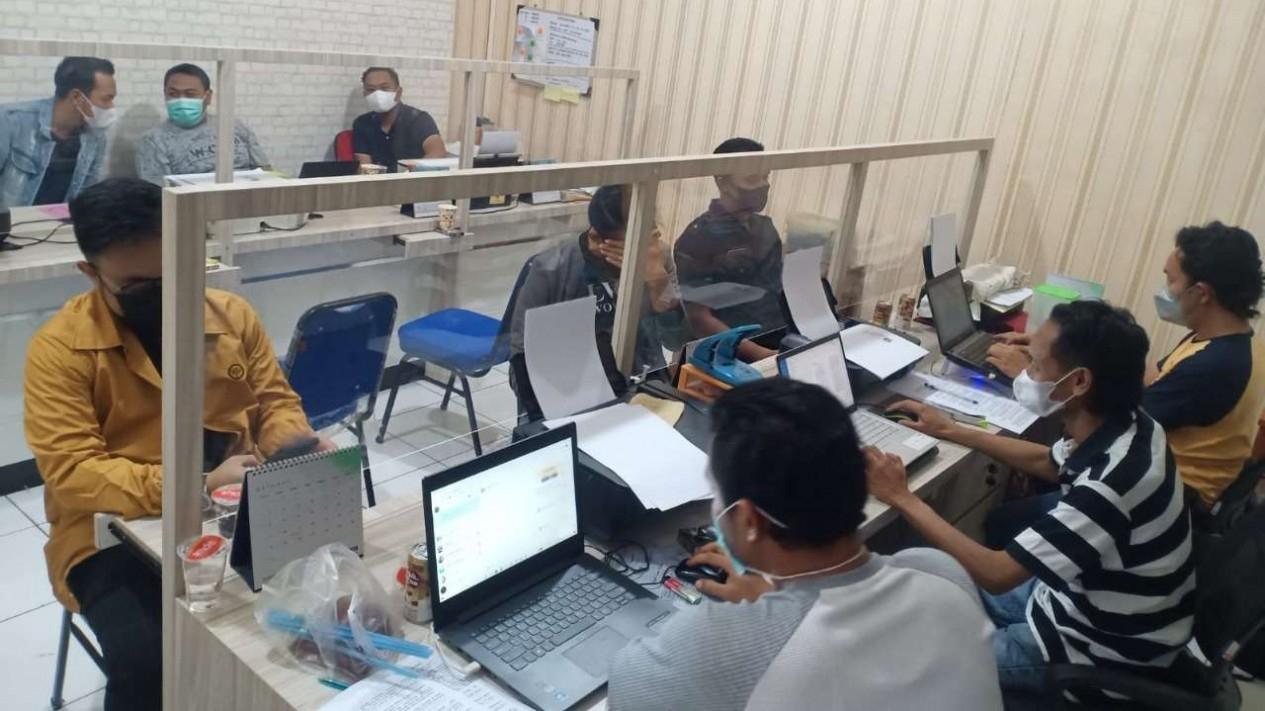Polisi memeriksa pengelola kafe di Semarang yang langgar aturan PPKM.