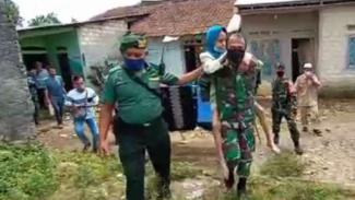 VIVA Militer: Babinsa Korem 061/SK rela gendong nenek Tabiyah demi vaksinasi