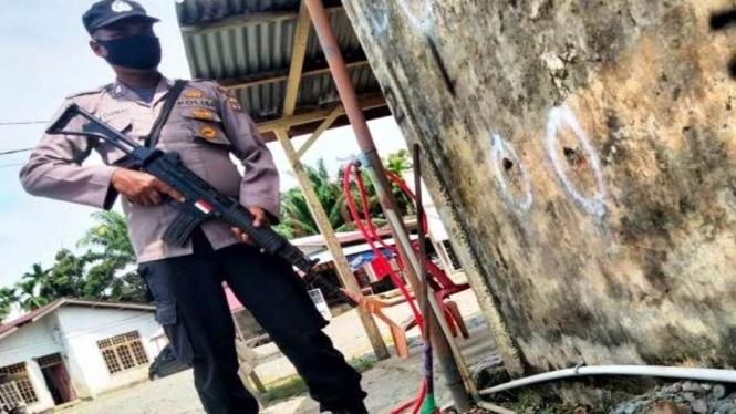 Polisi memperlihatkan bagian dinding pos polisi yang rusak diduga terkena tembakan di kawasan Desa Manggi, Kecamatan Panton Reue, Aceh Barat, Provinsi Aceh, Kamis, 28 Oktober 2021.