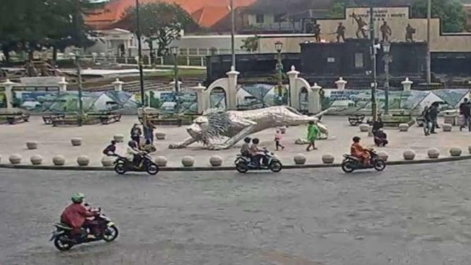 Tangkapan layar suasana arus lalu lintas di Titik Nol Kilometer Yogyakarta dari CCTV Dinas Kominfo Daerah Istimewa Yogyakarta, Kamis, 28 Oktober 2021.