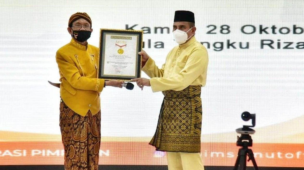 Gubernur Sumut, Edy Rahmayadi saat menerima piagam dari MURI.
