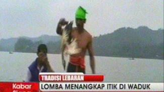 https://thumb.viva.co.id/media/frontend/vthumbs2/2010/09/19/17482_lomba-menangkap-itik-di-waduk_325_183.jpg